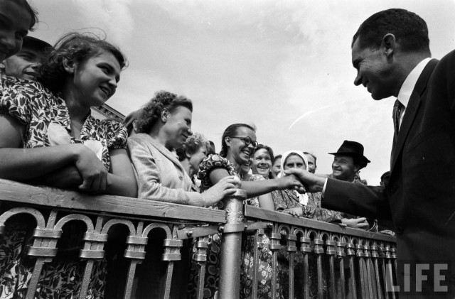 Советские люди на фоне Никсона и жены