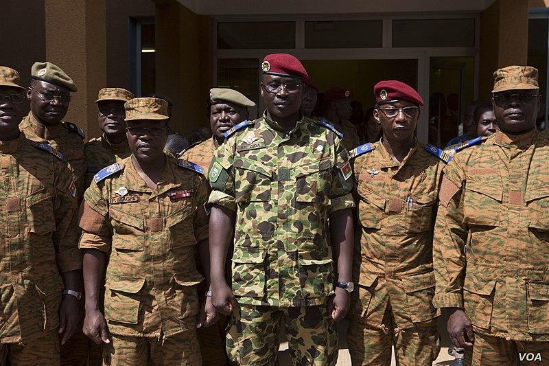Исаак Зида перед военным штабом в Уагадугу, после того как он был утвержден в должности президента 1 ноября. См. Вики https://en.wikipedia.org/wiki/2014_Burkinab%C3%A9_uprising