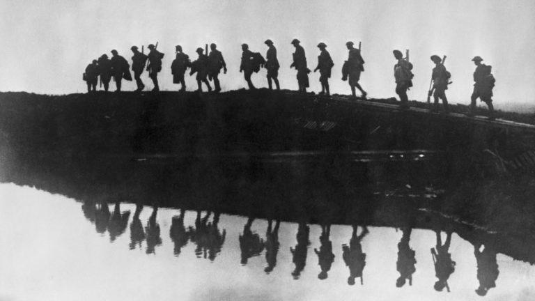 Силуэты солдат 1й австралийской дивизии, идущих на фронт в Бельгии, в Первую мировую. Тогда моральное повреждение было впервые замечено как массовая проблема