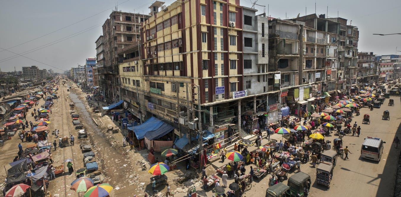 Торговая площадь в Дакке (Бангладеш), заполненная народом вопреки пандемии. Источник The Conversation