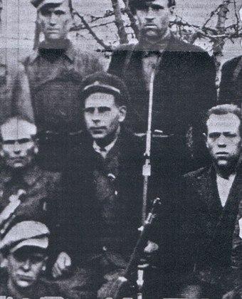 Повстанцы с захваченными польскими винтовками