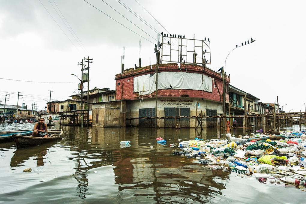 Потоки мусора в плавучей деревне Икитос (Перу). Elizabeth Streeter / Earth Photo 2019