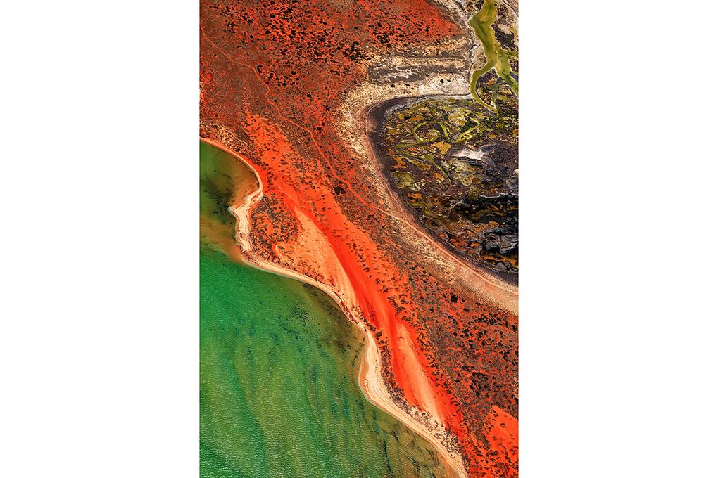 ландшафт в 4500 метрах от хвостохранилища в Западной Австралии. В подобных сооружениях содержатся отходы горнодобывающей и перерабатывающей отраслей промышленности. Как правило, такие хвосты окрашены в завораживающе яркие цвета и при этом очень токсичны. Эта проблема актуальна не только для Австралии и возникает в случае разных видов отходов — бытовых, радиоактивных и промышленных.