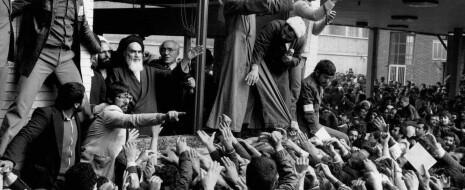 Ровно 40 лет назад французский лайнер приземлился в аэропорту Тегерана. Толпа встречающих ревела от восторга — по трапу спускался её кумир, аятолла Хомейни. Его возвращение на родину положило начало новому Ирану — антиамериканскому и исламистскому. Но никто в толпе и не догадывался, что приезд аятоллы организовали американцы.