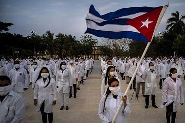 Кубинские врачи из Бригады Генри Рива, лечащие людей по всей Латинской Америке и бедняков в США, завершают свою миссию в Доминикане. В этом году они работали в Перу, Панаме и много где ещё. Медицинский контингент им. Генри Рива в сентябре был номинирован на Нобелекскую премию мира (один из немногих реально её заслуживших).