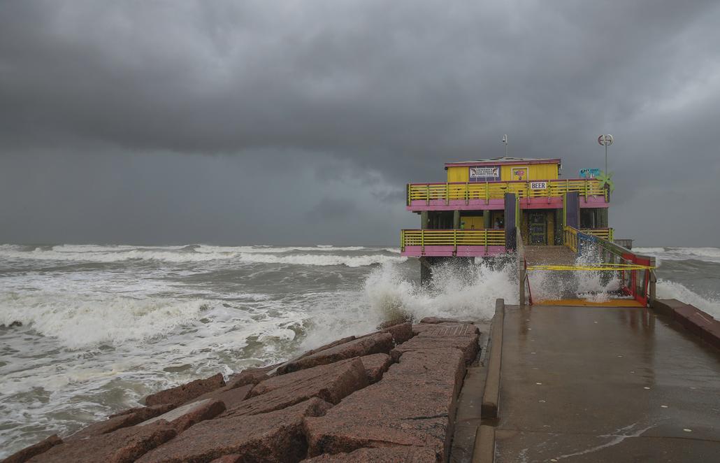 Тропический циклон «Лаура» (на фото 26 августа в районе Галвестона, Техас) быстро усилился и превратился в разрушительный ураган 4-й категории, а 27 августа обрушился на побережье штата Луизиана.