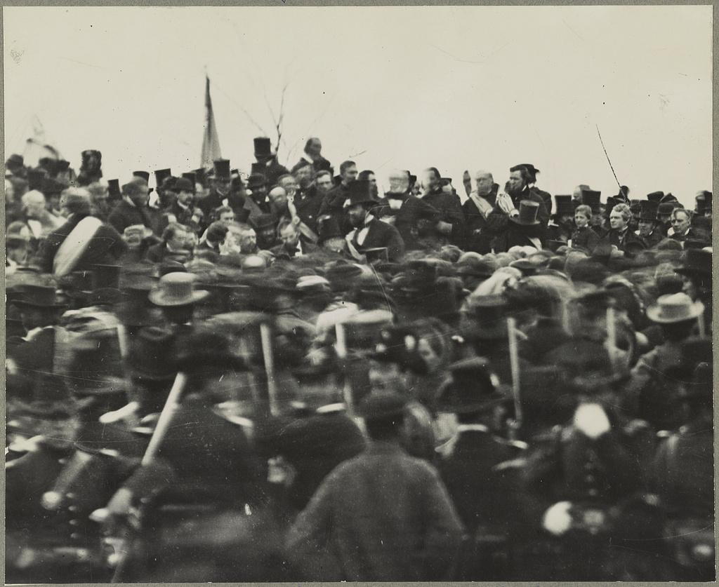 Одна из двух подтвержденных фотографий Авраама Линкольна в Геттисберге (в центре, лицом к камере), снятый около полудня, сразу после его прибытия и примерно за три часа до выступления. Справа от него -  телохранитель Уорд Хилл Ламон.