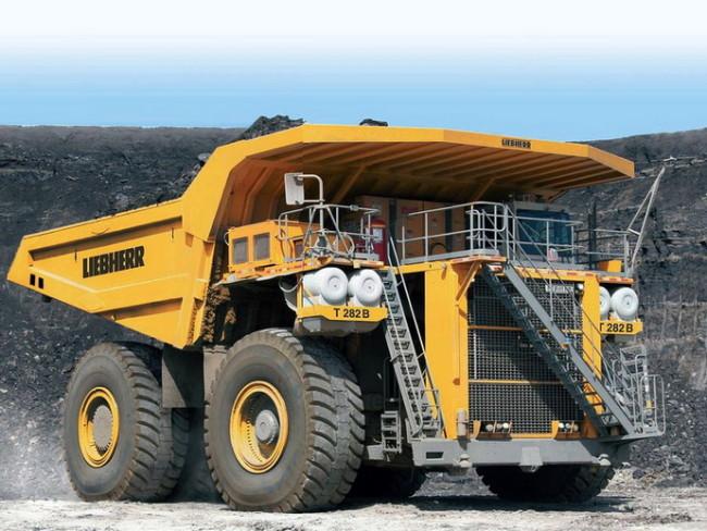 Карьерный самосвал Liebherr T282B - одна из самых больших машин в мире: почти все они задействованы в добыче минерального сырья