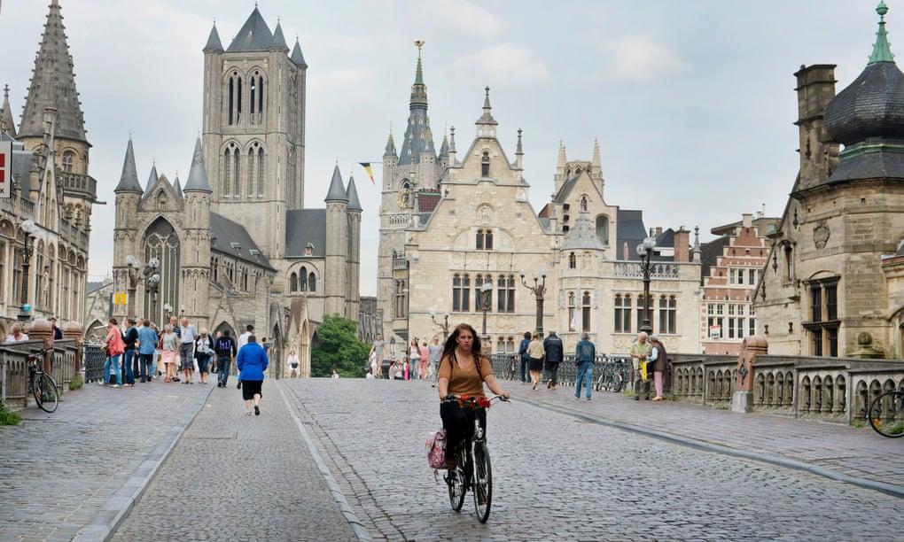 Гент освободился оит автомобилей, лишь общественный транспорт и велосипеды