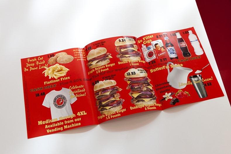 """Реклама """"Самого вредного в мире ресторана"""" фастфуда в Далласе (штат Техас). Правда, там пафос сдобрен щепоткой иронии - подсказывается, что от этой еды можно и помереть"""