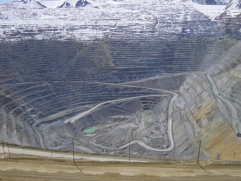 Бигнем-каньон - крупнейшее в мире антропогенное образование. Добыча руды, содержащей медь, молибден и золото, крайне экоопасна, и природоохранники долго - и безуспешно - пытались его закрыть. Это сделала сама природа, т.к. добыча руды вызвала оползень, и карьер был закрыт. Важно, чтобы биосфера не поступила так с нашим индустриальным обществом