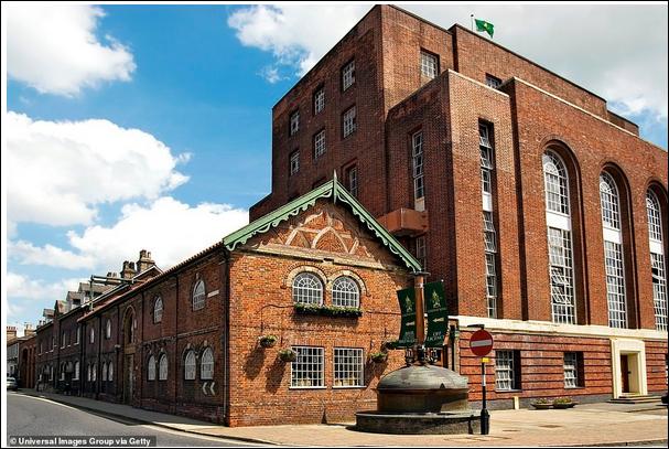 Штаб-квартира Грин Кинг, дом Аббатов в Бери-Сент-Эдмундс, Саффолк. Грин Кинг был основан в 1799 году Бенджамином Грином, который был одним из 47 000 человек, которые выиграли от политики компенсации рабовладельцам, когда Британия отменила рабство в 1833 году.