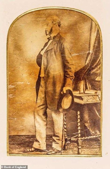 Бывшие управляющий Банка Англии Томсон Хэнки-младший (1851-1853, у которого было 534 рабов и четыре поместья в Гренаде). Один из 12 бывших управляющих, чьи портреты Банк Англии обязался убрать, вместе с извинениями за работорговлю. Их также принесла и Церковь Англии, которая окормляла рабовладельцев, смиряла рабов и имела прибыль с этого бизнеса. Здесь и далее источник