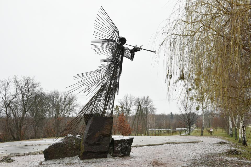 Трубящий Ангел на аллее Памяти мемориального комплекса «Звезда Полынь» в центре города Чернобыля. Фото: Стрингер / РИА Новости