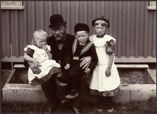 Frederick W. W. Howell, Þórður Guðjohnsen со своими детьми, Исландия, 1900.